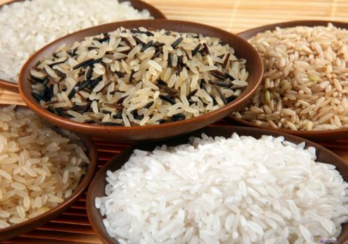 Рис разных сортов на глиняных тарелках